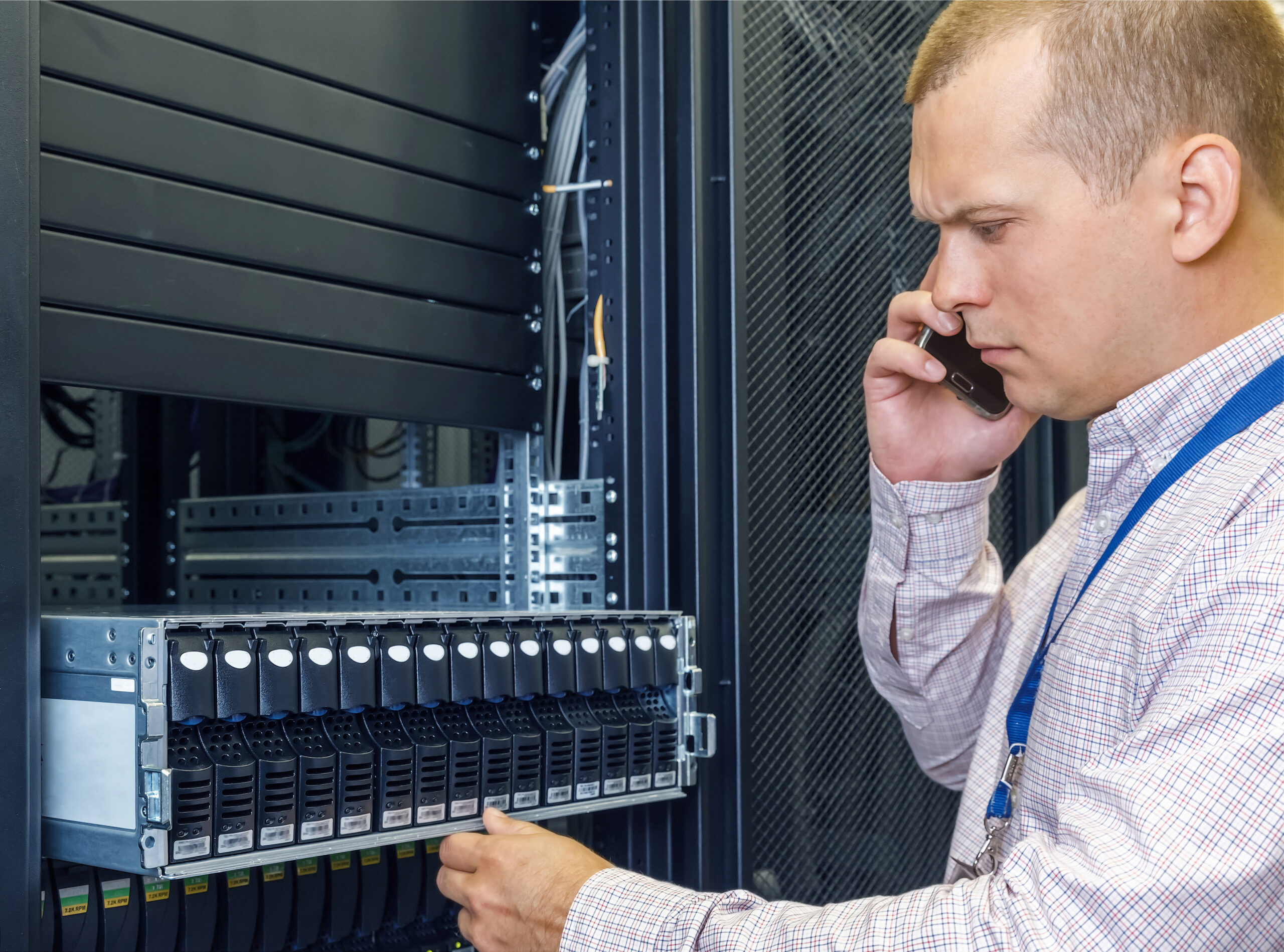 It,Engineer,Installs,Enclosure,With,Hard,Disk,Drive,In,The